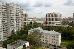 Opinião típica da arquitetura da cidade do russo com casas modernas Fotografia de Stock
