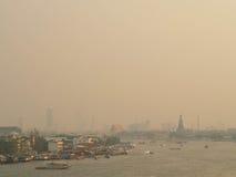 Opinião tailandesa do rio na névoa da manhã Fotografia de Stock Royalty Free
