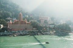 Opinião a terraplenagem do rio de Ganga, a ponte de Lakshman Jhula e a Tera Manzil Temple, Trimbakeshwar em Rishikesh fotografia de stock royalty free
