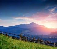 Opinião tranquilo do verão do prado da montanha dos cumes Fotos de Stock Royalty Free