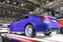 Opinião traseira do carro azul do audi cs5 Foto de Stock