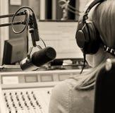 Opinião traseira a fêmea DJ imagem de stock royalty free