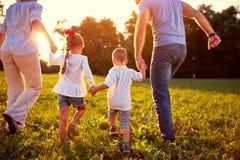 Opinião traseira a família com crianças junto foto de stock