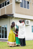 Opinião traseira a família indiana Fotografia de Stock