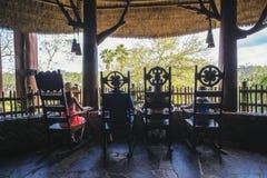 Opinião traseira a família que aprecia umas férias tropicais junto fotografia de stock