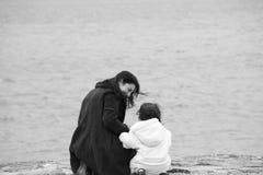 Opinião traseira a matriz e a filha Foto de Stock Royalty Free