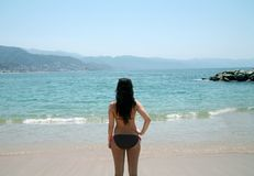 Opinião traseira a menina na praia imagens de stock royalty free