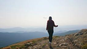 Opinião traseira a menina que corre no vale da montanha vídeos de arquivo
