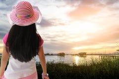Opinião traseira a menina que olha ao rio Fotos de Stock Royalty Free