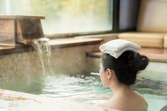 A opinião traseira a moça aprecia o Hot Springs imagem de stock royalty free