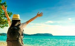 Opinião traseira a mulher asiática nova feliz na forma do estilo ocasional com chapéu de palha e trouxa Relaxe e aprecie o feriad imagens de stock royalty free