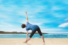 Opinião traseira a mulher asiática que faz a ioga fotos de stock royalty free
