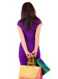 A opinião traseira a mulher bonita com shoping ensaca a vista fotos de stock royalty free