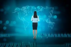 Opinião traseira a mulher de negócio asiática que olha a rede do negócio Foto de Stock