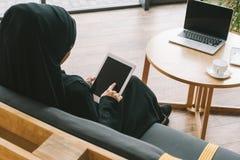 opinião traseira a mulher muçulmana fotografia de stock