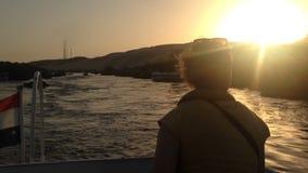 Opinião traseira a mulher que aprecia no barco em Nile River no por do sol video estoque