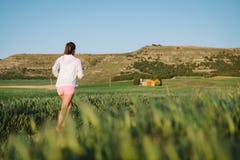 Opinião traseira a mulher que corre exterior Fotos de Stock Royalty Free