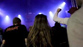 Opinião traseira a multidão de povos no concerto footage As silhuetas do concerto aglomeram-se na frente das luzes brilhantes da  filme