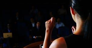 Opinião traseira o executivo empresarial fêmea que dá um discurso filme