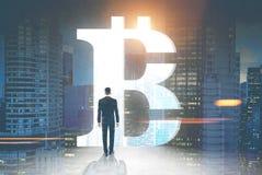 Opinião traseira o homem de negócios, sinal do bitcoin, cidade da noite fotos de stock royalty free