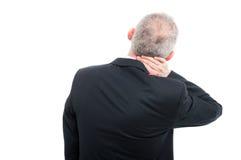 A opinião traseira o sênior que guarda seu pescoço gosta de ferir fotos de stock royalty free