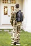 Opinião traseira o soldado Returning Home fotografia de stock royalty free