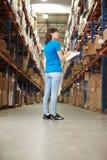 Opinião traseira o trabalhador fêmea no armazém de distribuição fotos de stock