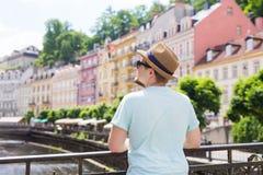 Opinião traseira o turista à moda feliz em República Checa Homem considerável que viaja em Europa fotografia de stock