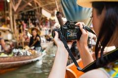 Opinião traseira o viajante que usa a câmera que toma a foto Fotografia de Stock Royalty Free