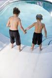 Opinião traseira os meninos que olham na piscina imagem de stock royalty free