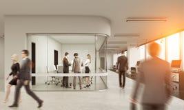 Opinião traseira os povos na sala de reunião de vidro Fotografia de Stock Royalty Free