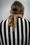 Opinião traseira um árbitro masculino com cabelo do rabo de cavalo foto de stock