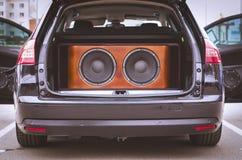 Opinião traseira um carro, um tronco e um Front Doors Opened, com sistema de áudio instalado do carro, os oradores sadios e os or imagens de stock royalty free