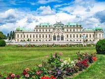 Opinião traseira um turista masculino que toma uma fotografia do Belvedere superior no complexo de construção do Belvedere, Viena fotos de stock royalty free