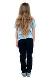 Opinião traseira uma criança fêmea nova de cabelos compridos fotos de stock