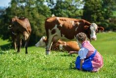 Opinião traseira uma menina bávara pequena adorável em um campo do país Fotos de Stock