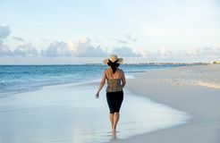 Opinião traseira uma mulher que anda com os pés descalços em uma praia das caraíbas 4 imagens de stock