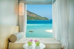 Opinião tropical bonita do mar de Phuket na janela no recurso, Phuket, foto de stock