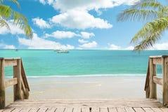 Opinião tropical da paisagem da praia no dia ensolarado imagem de stock