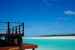 Opinião tropical da praia da plataforma do recurso. imagens de stock