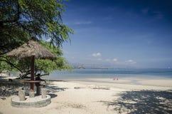 Opinião tropical da praia do branca de Areia perto de dili em Timor-Leste imagens de stock