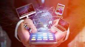 A opinião um homem de negócios que guarda um computador e dispositivos indicou o Imagens de Stock Royalty Free