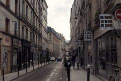 Opinião um pessoa na área de St Germain de Paris imagens de stock royalty free