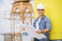 Opinião um trabalhador e um arquiteto que olham alguns detalhes em um constr Foto de Stock Royalty Free