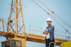 Opinião um trabalhador e um arquiteto que olham alguns detalhes em um constr Fotos de Stock Royalty Free