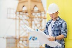 Opinião um trabalhador e um arquiteto que olham alguns detalhes em um constr Imagens de Stock