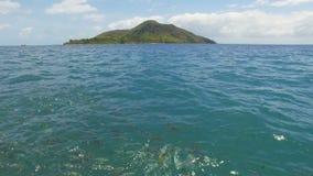 Opinião uma ilha e um peixe no Oceano Índico do barco, Saint Anne Island, Seychelles video estoque