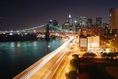 Opinião urbana da noite de New York City Fotos de Stock Royalty Free