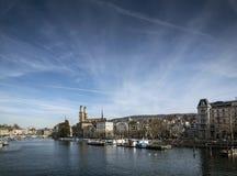 Opinião velha central do marco do rio de limmat da cidade de Zurique em switzerlan Fotografia de Stock