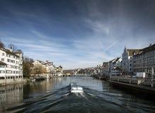 Opinião velha central do marco do rio de limmat da cidade de Zurique em switzerlan Fotografia de Stock Royalty Free